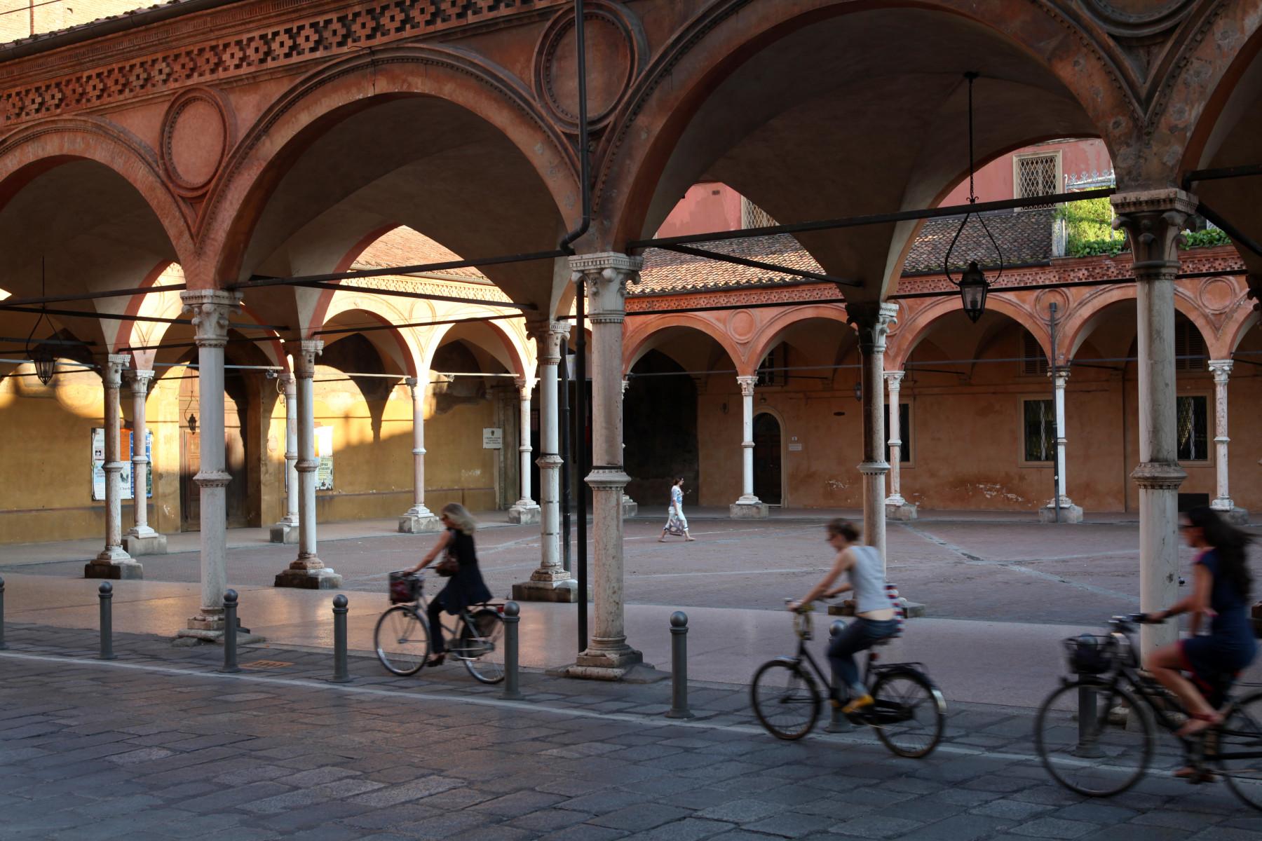 Bologna. (chiesa) Basilica di Santa Maria dei Servi. Iniziata a partire dal 1345, fu ingrandita nel 1383 da Andrea da Faenza. Il portico laterale è attribuito ad Antonio di Vincenzo (1392 c.).