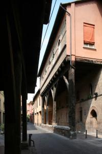 Bologna. Via Marsala. Palazzo Grassi. Di impianto duecentesco, il palazzo venne restaurato tra il 1910 e il 1913 conservando parzialmente il portico ligneo.