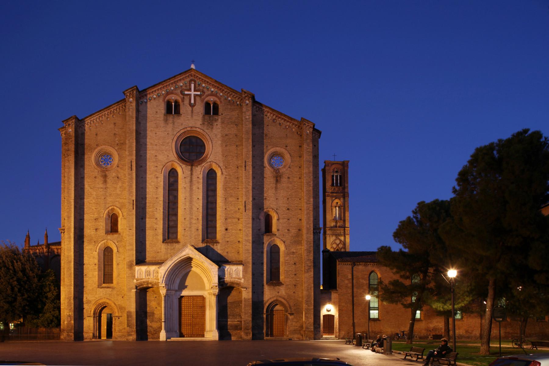 Bologna.  Piazza San Francesco. La Basilica di San Francesco (chiesa di S.Francesco). Tra i più precoci esemplari di architettura gotica in Italia, fu compiuta nel 1263, restaurata nella seconda metà del XIX secolo e dopo i gravi danni bellici del 1943. La facciata è di forme romanico-gotiche (1250).