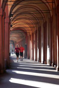 Bologna. Via Saragozza. Il portico più lungo del mondo che collega Porta Saragozza al Santuario della Madonna di San Luca. Costruito negli anni che vanno dal 1674 al 1739, è lungo circa 3,75 km ed è costituito da 666 archi. Jogging, attività fisica.