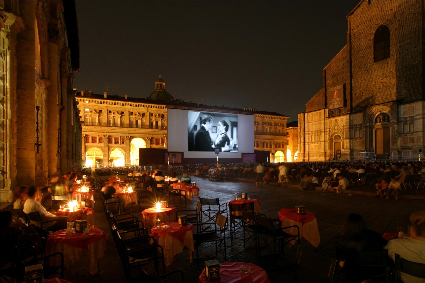 """BOLOGNA. PIAZZA MAGGIORE.  CINEMA IN PIAZZA. RASSEGNA """"SOTTO LE STELLE DEL CINEMA"""" - PROIEZIONE DEL FILM """"PICCOLO MONDO ANTICO"""" DI MARIO SOLDATI."""